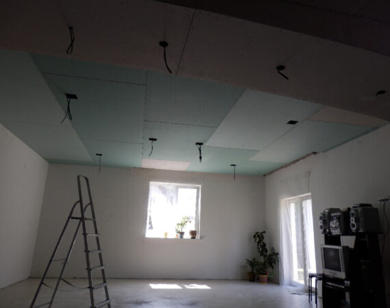 монтаж электропроводки потолка